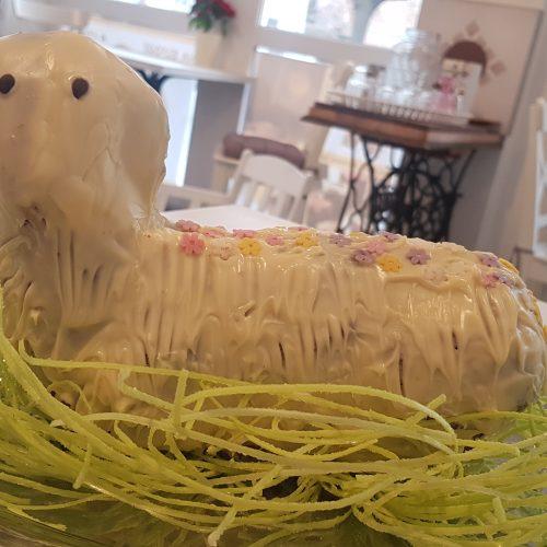 Fehér csokival bevont, bárány alakú kuglóf